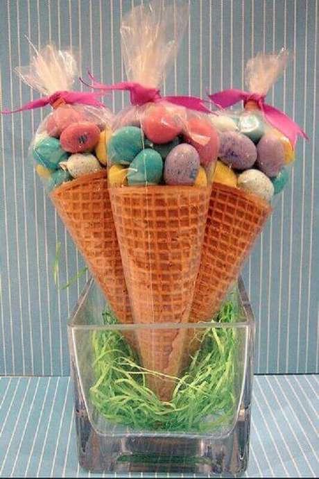 67. Lembrancinhas de páscoa feita com ovinhos de chocolate coloridos e casquinha de sorvete – Foto: Dale Detalles