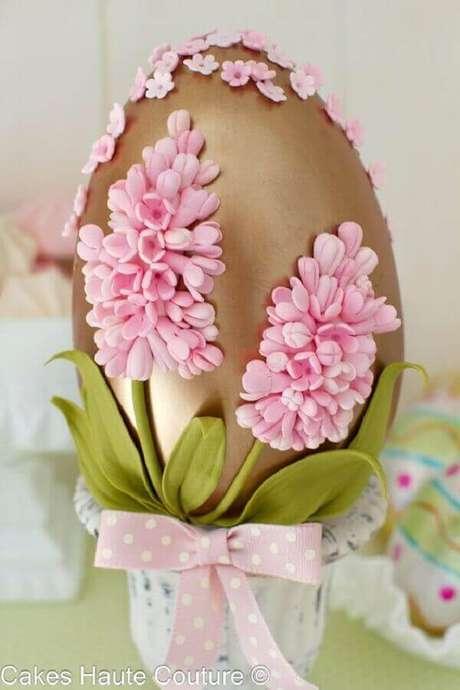 4. Ovo de páscoa com decoração personalizada é uma ótima ideia para surpreender aquela pessoa querida – Foto: Cakes Haute Couture