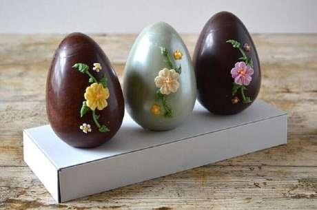 69. Lindos ovos de páscoa decorados com flores de glacê – Foto: Tin and Thyme