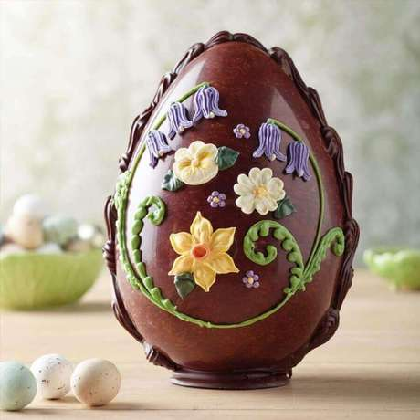 70. O ovo de páscoa artesanal pode ser decorado de diversas formas utiliza pasta americana e glacê – Foto: Bettys