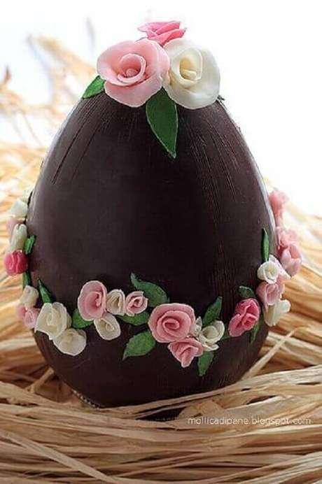 71. Lindo ovo de páscoa decorado com rosas – Foto: Mollica di Pane