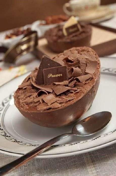 76. Ovo de páscoa de colher coberto com raspas de chocolate – Foto: Melhores Chocolates
