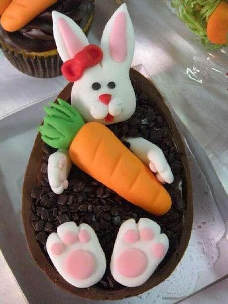 3. As crianças se divertem com ovo de páscoa personalizado com coelhinho – Foto: Doce de Leitte