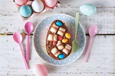 82. Invista em confetes coloridos para o seu ovo de páscoa de colher – Foto: Muito Chique
