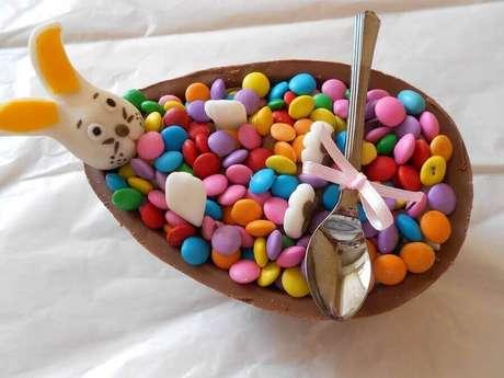 84. O ovo de páscoa de colher com coelhinho de pasta americana e confetes é uma excelente ideias para páscoa infantil – Foto: Doce Encanto