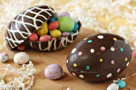 5. O ovo de páscoa tradicional sempre vem com vários chocolatinhos na parte interna – Foto: The Spruce Eats