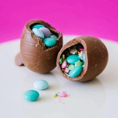 92. Pequeno ovo de páscoa recheado com confetes azuis – Foto: Brit + Co