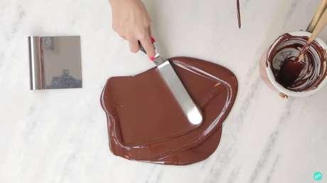 9. Faça movimentos circulares com o chocolate sobre uma bancada de mármore – Foto: DolcEstupendo