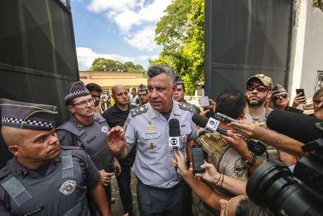 O coronel Marcelo Vieira Salles (c) fala aos jornalistas após tiroteio ocorrido na Escola Estadual Raul Brasil, em Suzano