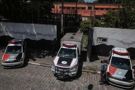Caminhão da Polícia Científica, da agência funerária e carros da PM vistos dentro do pátio da Escola Estadual Raul Brasil, na Rua Otávio Miguel da Silva, em Suzano, na Grande São Paulo, para recolher os corpos após o tiroteio ocorrido nesta quarta-feira, 13