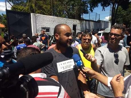 Rogério Reis, pai de uma das adolescentes que estudam na escola Raul Brasil, de Suzano