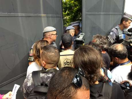 Policiais em frente à escola de Suzano, palco de massacre