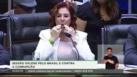 Carla Zambelli assovia para pedir silêncio na Câmara