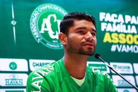 O zagueiro Gum durante entrevista de apresentação na Chapecoense.