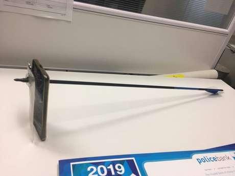 Celular atingido por flecha, em imagem obtida das redes sociais 13/03/2019 NSW POLICE FORCE via REUTERS