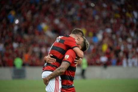 Everton Ribeiro e Gabigol fizeram os dois primeiros gols do Flamengo na vitória sobre a LDU. Veja a galeria do L!