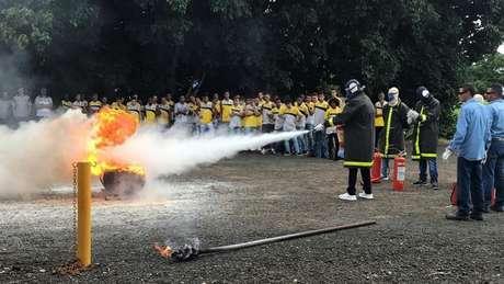 Garotos da base do clube de Novo Horizonte tiveram treinamento de combate a incêndios (Foto: Divulgação)