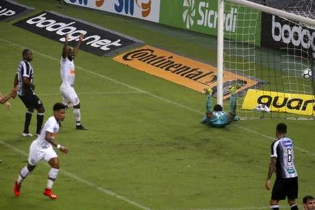Júnior Urso, do Corinthians, comemora seu gol em partida contra o Ceará, válida pela Copa do Brasil, na Arena Castelão, em Fortaleza (CE), nesta quarta-feira, 13.