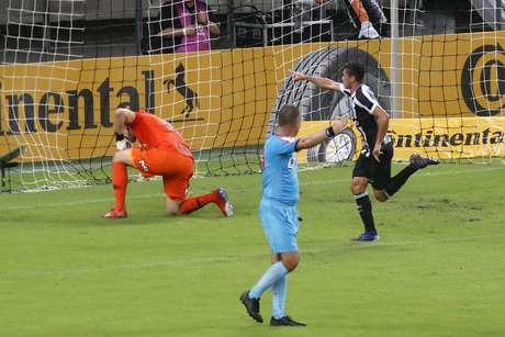 Comemoração do gol de Juninho, do Ceará, em partida contra o Corinthians, válida pela Copa do Brasil, na Arena Castelão, em Fortaleza (CE), nesta quarta-feira, 13.