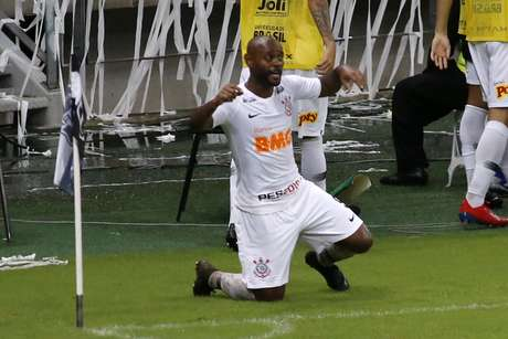 Vagner Love comemora seu gol contra o Ceará