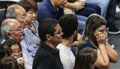 Familiares e amigos ao lado do corpo da coordenadora pedagógica Marilena Ferreira Umezu, uma das vítimas do ataque ocorrido na Escola Estadual Raul Brasil, durante o velório realizado na manhã desta quinta-feira (14) na Arena Suzano, no Parque Max Feffer, em Suzano, na Grande São Paulo