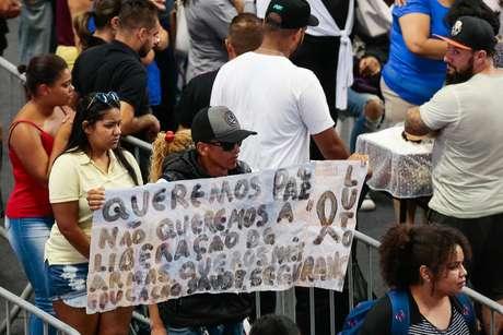 Homem leva faixa a velório pedindo a não liberação das armas