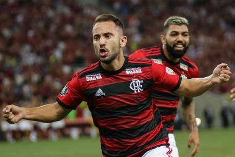 Everton Ribeiro, do Flamengo, comemora seu gol na partida da equipe contra a LDU, válida pelo Grupo D da Copa Libertadores, no estádio do Maracanã, na zona norte do Rio de Janeiro, nesta quarta-feira, 13.