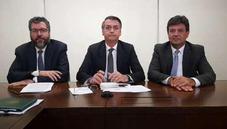 Presidente Jair Bolsonaro, ao lado dos ministros Ernesto Araújo (Relações Exteriores) e Luiz Henrique Mandetta (Saúde)