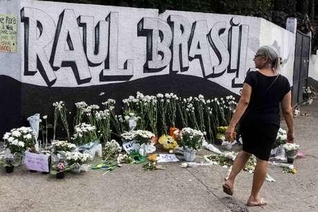 Homenagem às vítimas do ataque em frente ao portão da Escola Estadual Raul Brasil, na manhã desta quinta-feira, 14, em Suzano