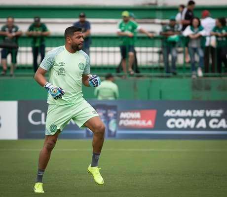 Ivan, goleiro da Chapecoense, faz aquecimento antes da partida contra o Figueirense, válida pela oitava rodada da primeira fase do Campeonato Catarinense 2019