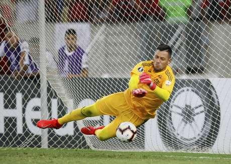 Diego Alves, do Flamengo, na partida contra a LDU, válida pelo Grupo D da Copa Libertadores, realizado no Estádio Jornalista Mário Filho (Maracanã), na zona norte do Rio de Janeiro, nesta quarta-feira (13).
