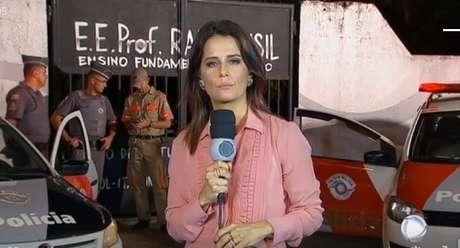 A apresentadora Adriana Araújo no local do fato na edição de quarta-feira do JR