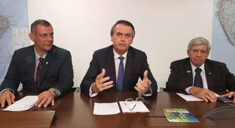 O generalOtávio do Rêgo Barros (à direita), porta-voz do Planalto, o presidente Jair Bolsonaro e o general Augusto Heleno, ministro do GSI, em transmissão de vídeo no Facebook