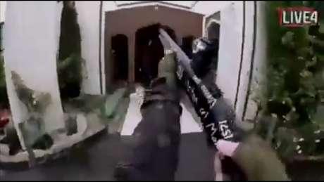 Imagem congelada de vídeo divulgado nas redes sociais, aparentemente gravado por atirador e transmitido ao vivo durante ataque a mesquita de Christchurch, na Nova Zelândia 15/03/2019 Mídia Social/Divulgação via REUTERS TV