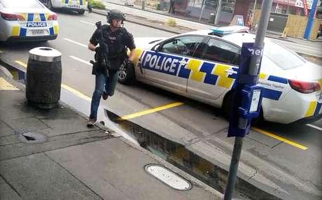 Policial responde a tiroteio em Linwood, na Nova Zelândia 15/03/2019 Vídeo obtido pela Reuters/via REUTERS