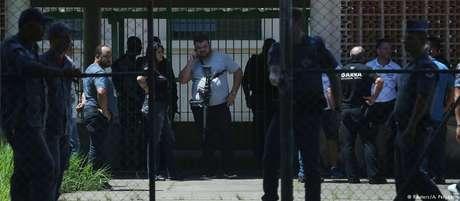 Policiais em frente a Escola Raul Brasil após o ataque em Suzano