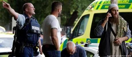 Policiais e fiéis muçulmanos do lado de fora de uma das mesquitas atacadas em Chirstchurch, na Nova Zelândia