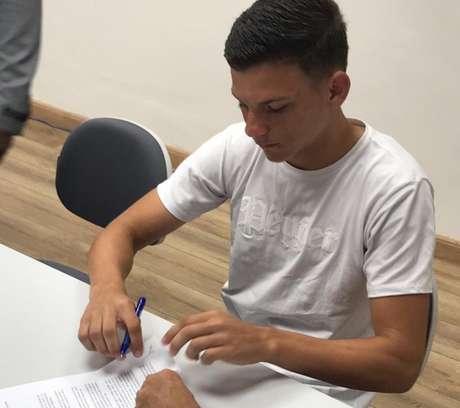 Lateral-esquerdo de 17 anos assinou o primeiro contrato como profissional (Foto: Divulgação)