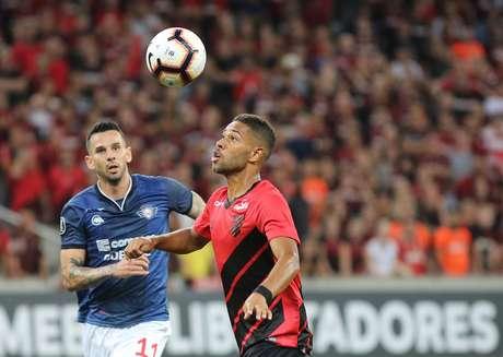 Renan Lodi, do Athletico-PR, em partida contra o Jorge Wilstermann, válida pela segunda rodada da fase de grupos da Copa Libertadores, na Arena da Baixada, em Curitiba (PR) nesta quinta-feira, 14.