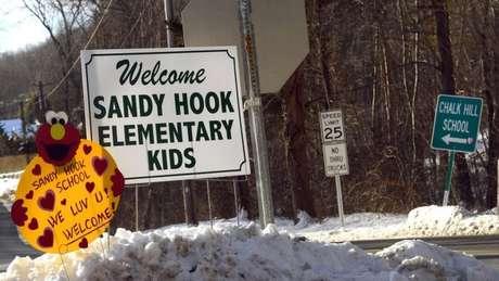 20 crianças pequenas morreram em ataque à escola primária Sandy Hook, em Connecticut. nos Estados Unidos, em 2012