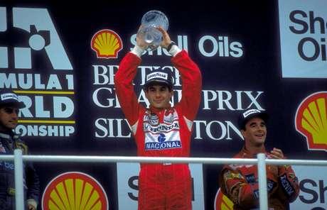 Senna comemora vitória no GP da Inglaterra, em 1988