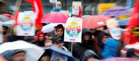 """Manifestantes portam placares com a inscrição """"pare a AfD"""""""