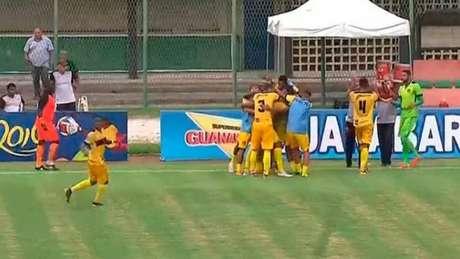 Madureira comemora um dos gols da vitória contra o Resende (Foto: Instagram/Madureira)