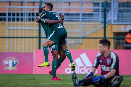 Carlos Eduardo marca gol durante jogo entre São Paulo e Palmeiras, partida válida pelo Campeonato Paulista 2019, no estádio do Pacaembu