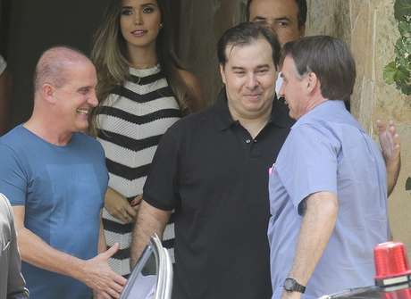 O presidente da Câmara dos Deputados, Rodrigo Maia (DEM-RJ) (c), recebe o Ministro da Casa Civil, Onyx Lorenzonni (e), o presidente da República, Jair Bolsonaro (PSL) (d) para um almoço na residência oficial da Câmara, em Brasília (DF)