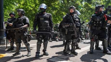 Policiais em linha e fortemente armados na rua