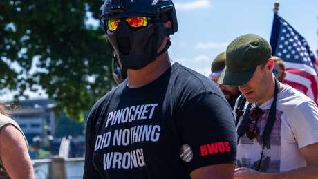 """'Tiny' Toese em protesto em Portland; """"RWDS"""", na manga da camisa, que dizer """"Right wing death squad"""" - """"Esquadrão da morte de direita"""""""