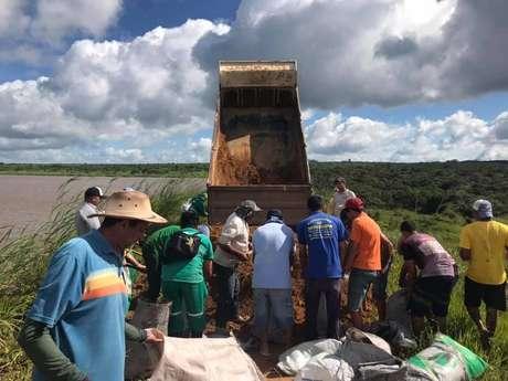 Agentes trabalham nos reparos do açude Granjeiro, em Ubajara, no Ceará