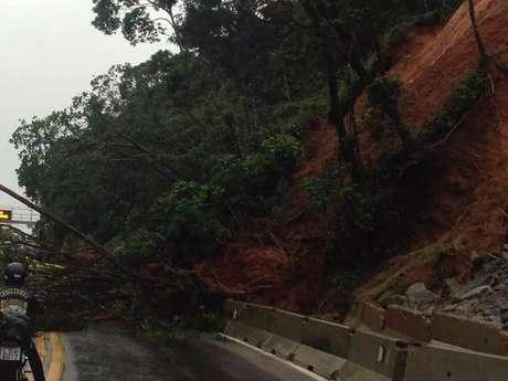Com a chuva, barreiras caíram na Rodovia dos Tamoios