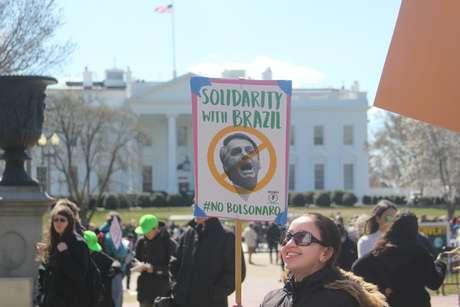 Manifestantes protestam contra a visita do presidente brasileiro Jair Bolsonaro ao Estados Unidos, em frente à Casa Branca, em Washington